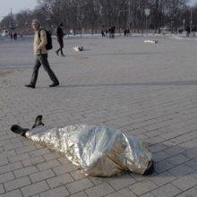 В Берлине на мостовой лежали «тела в пакетах» в поддержку Украины
