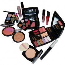 Женщины проводят в макияже больше половины жизни