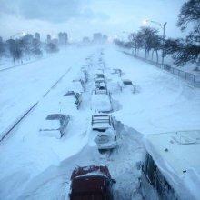 Около тысячи авто находятся в снежном плену в Японии