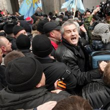 Возле крымского парламента мужчина скончался от сердечного приступа