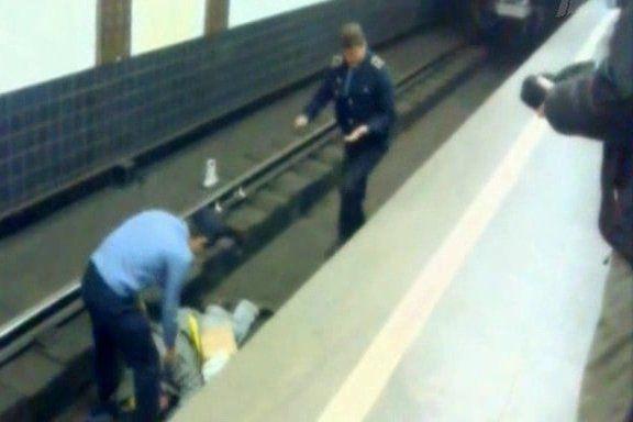 объясняют на каширской под поезд упал челове немецком без