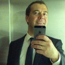 """Медведев выложил в Instagram """"селфи"""" в лифте"""