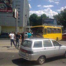 В Донецке КамАЗ с вооруженными людьми врезался в маршрутку