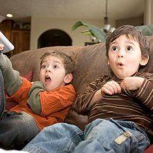 Ученые: Шум от телевизора мешает развитию речи ребенка