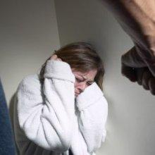 Во Владивостоке двое молодых людей изнасиловали девушку
