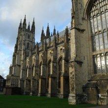 Англиканская церковь приняла решение посвящать женщин в епископы