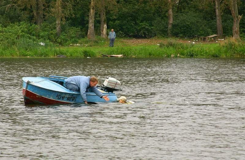 с моторной лодки упала