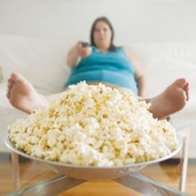 Ученые: Люди толстеют из-за частого просмотра боевиков