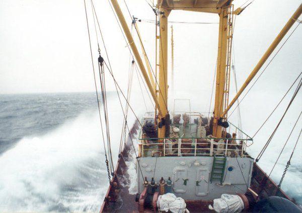 На помощь судну с китайцами к берегам Сахалина отправили два корабля