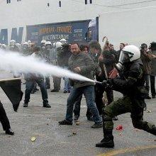 В Афинах против демонстрантов полиция применила слезоточивый газ