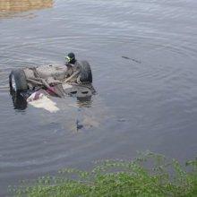 Водитель утонувшего в реке автомобиля погиб