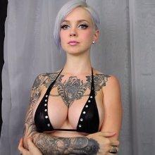 Американская модель исполнила «Jingle Bells» при помощи груди