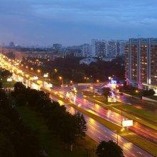 В Москве автомобиль врезался в остановку, женщина-водитель погибла