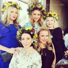 Татьяна Навка на своем дне рождения нарядила гостей в венки