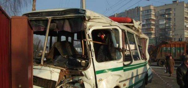 В Самаре автобус снес столб и врезался в дерево - водитель погиб