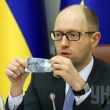 Яценюк заявил, что США не дают Украине оружие из-за запрета ЕС