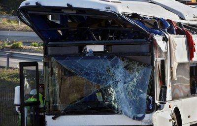 Во Франции туристическому двухэтажному автобусу снесло крышу