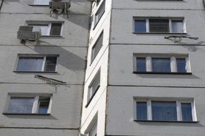 В Новосибирске обнаженная девушка выпала с окна