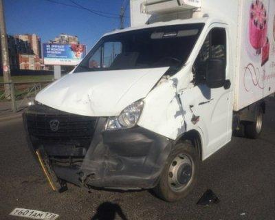 В Санкт-Петербурге грузовик с тортами столкнулся с иномаркой Toyota
