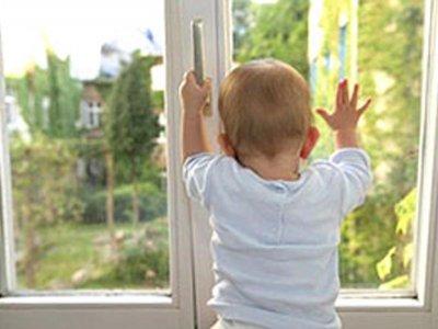 В Таганроге 2-летняя девочка выпала из окна 5 этажа