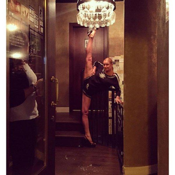 Волочкова разбила ногой люстру, сделав вертикальный шпагат в ресторане