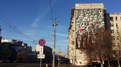 В центре Москвы нарисовали огромных штурмовиков из «Звездных войн»