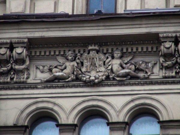 В Санкт-Петербурге строители обезобразили ангела на барельефе