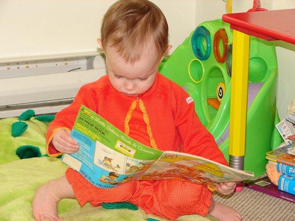 Ученые: Книжки эффективнее электронных игрушек развивают речь у детей