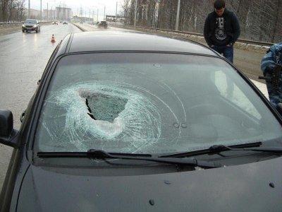 В Ставрополе камень пробил лобовое стекло машины и ранил пассажирку