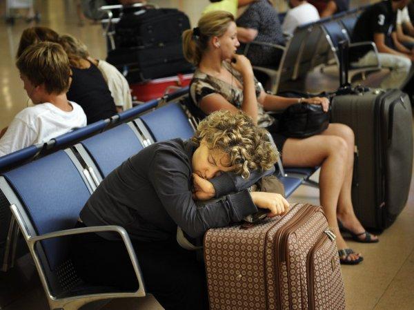 В трех московских аэропортах задерживаются около 100 рейсов