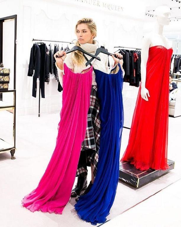 Синее, красное или розовое: Брежнева выбирает наряд на День влюбленных (ФОТО)