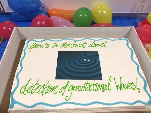 Снимок торта сотрудницы NASA испортил интригу открытия гравитационных волн