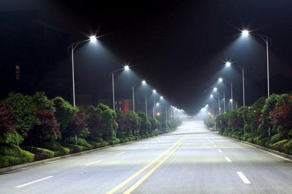 Ученые: Прохожие ощущают большую безопасность на улицах с белым светом фонарей