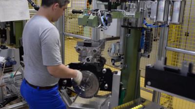 АвтоВАЗ опубликовал видеозапись процесса сборки нового 1,8-литрового мотора для Xray