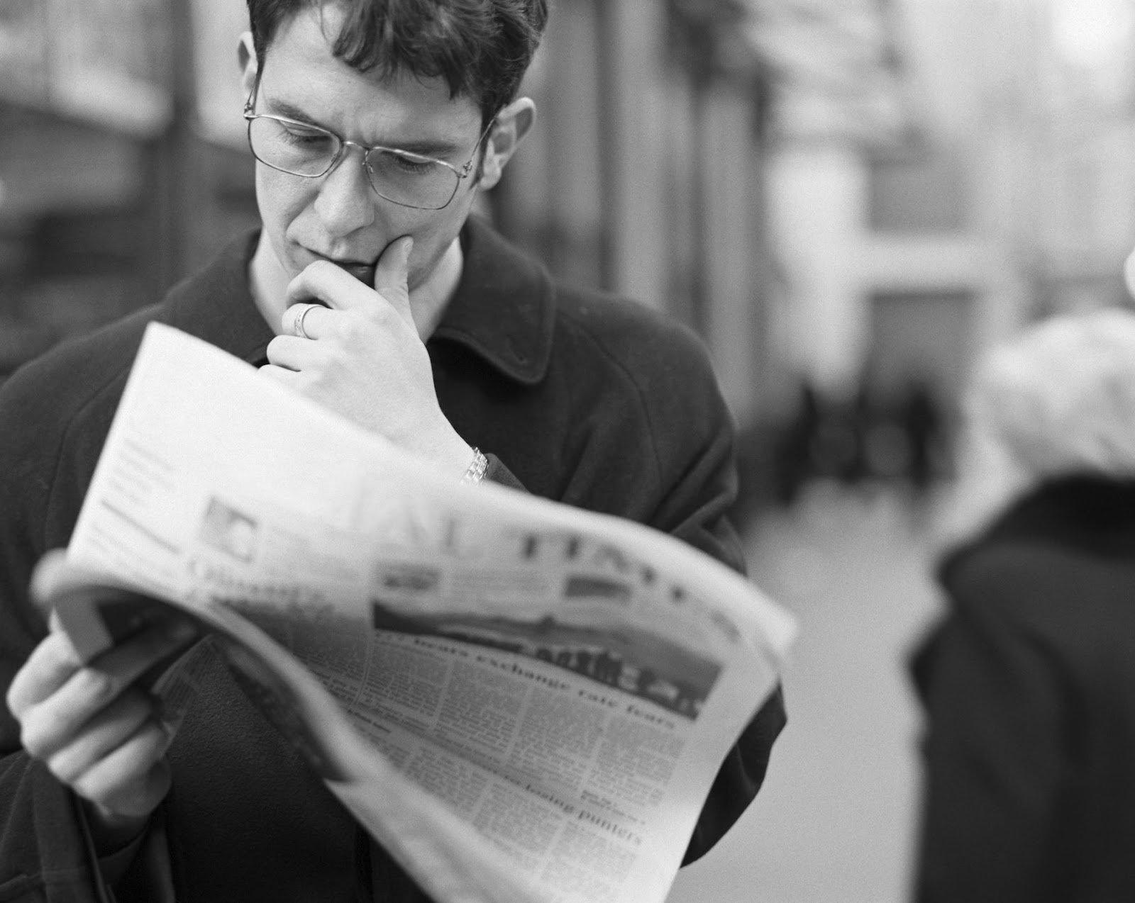 Читатель с газетой картинки