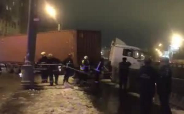 На северо-востоке Москвы фура пробила ограждение и повисла над Яузой