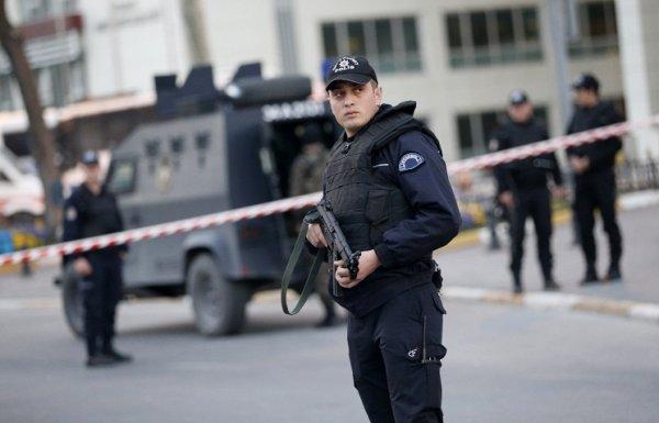 В Стамбуле полиция разгоняет митингующих пластиковыми пулями