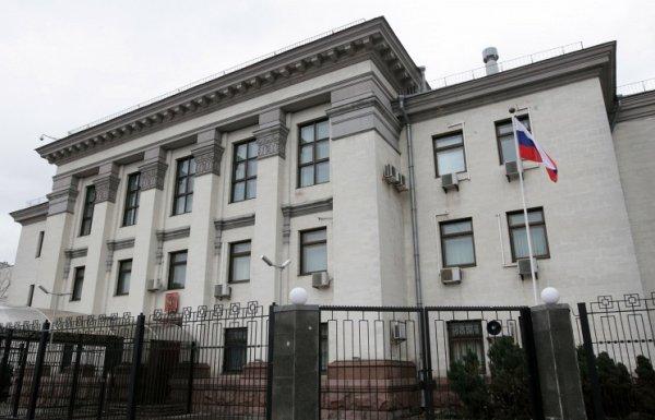 Над посольством России в Киеве подняли украинский флаг