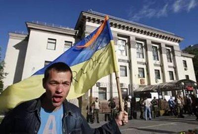 Участник митинга в Киеве сломал видеокамеры и разбил окна в  посольстве РФ