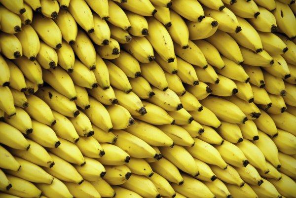 Ученые предлагают платить женщинам за поедание бананов