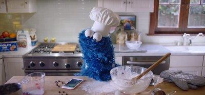 Apple выпустила рекламу iPhone 6s с Печеньковым монстром из «Улицы Сезам»