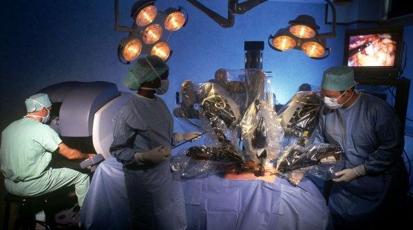 В России впервые операцию по пересадке почки провел робот