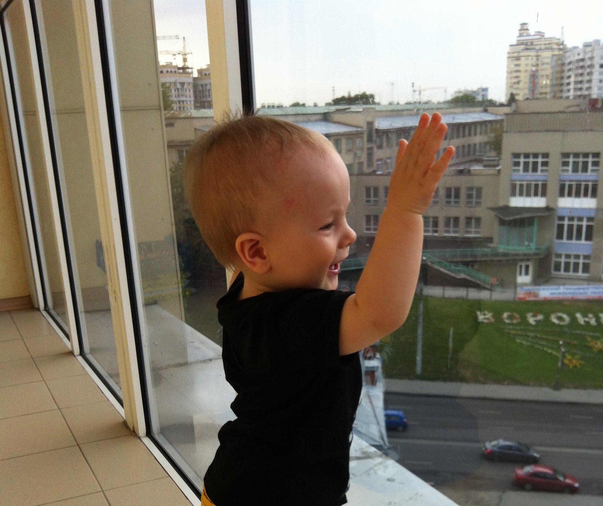 3-х летний ребенок выпал изокна 12 этажа наглазах родителей