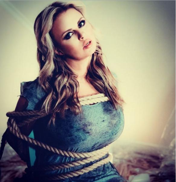 Анна Семенович опубликовала фото в стиле БДСМ