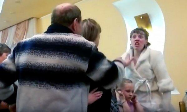В Сети появилось видео драки отца жениха и его невесты