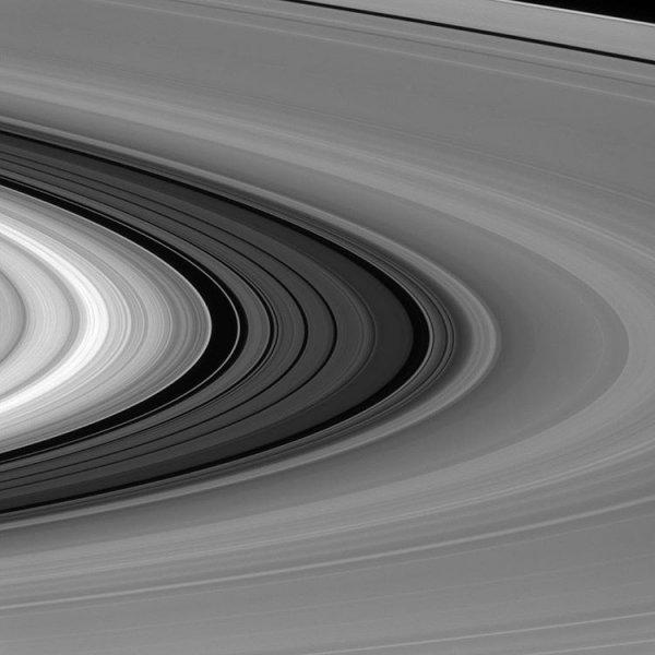 NASA опубликовало снимок колец Сатурна в масштабе