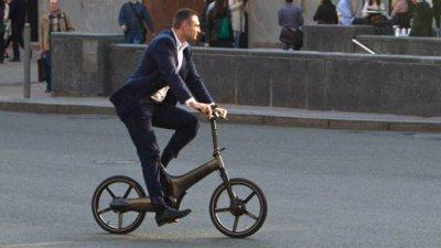 Виталий Кличко упал с велосипеда в центре Киева