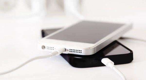 Эксперты: Использование iPhone во время зарядки опасно для жизни