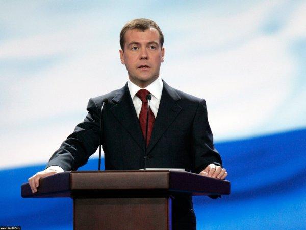 Медведев: Исполнение майских указов Путина проходит в непростых условиях