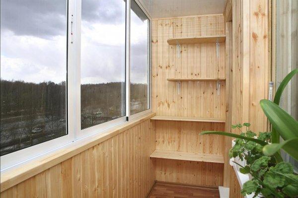 В Новосибирске сломанный шкаф запер на балконе пенсионерку